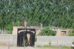 Лейлек районунун Максат айылына Тажикстандын кол салуусунун кесепетинен улам өрттөлгөн үйлөр буздурулуп жатат