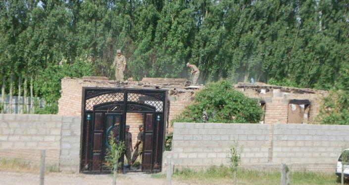 Сносятся дома, подожженные в результате нападения Таджикистана на населенные пункты на кыргызско-таджикской границе, в том числе село Максат в Лейлекском районе.