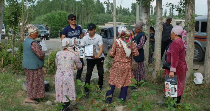 Гуманитарная помощь жителям Максат, которые потеряли свои дома после военного конфликта на кыргызско-таджикской границе