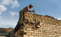 Снос, подожженных в результате приграничного конфликта Таджикистаном