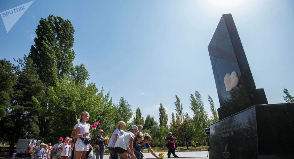Возложение цветов к памятнику блокадников Ленинграда в Бишкеке. Архивное фото