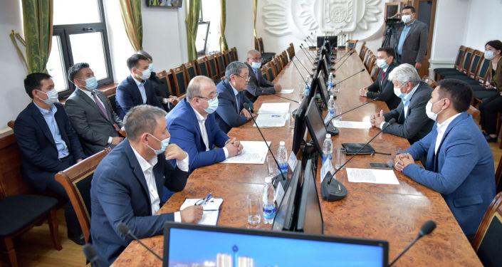 Исполняющий обязанности мэра Бактыбек Кудайбергенов во время подписания меморандума о сотрудничестве с компанией-поставщиком Эко-пассажирские перевозки