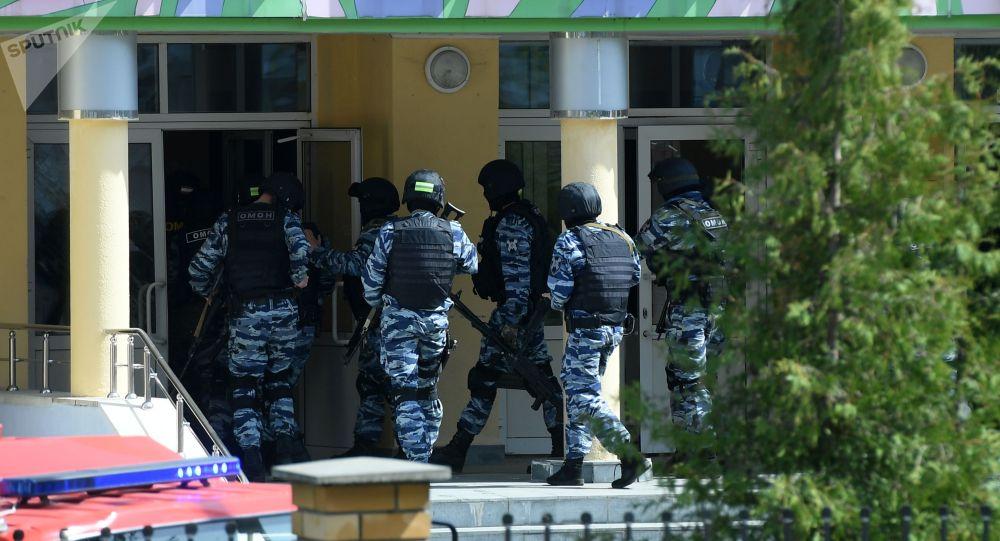 Казань шаарынын № 175 мектебине кирип бараткан ИИМ кызматкерлери