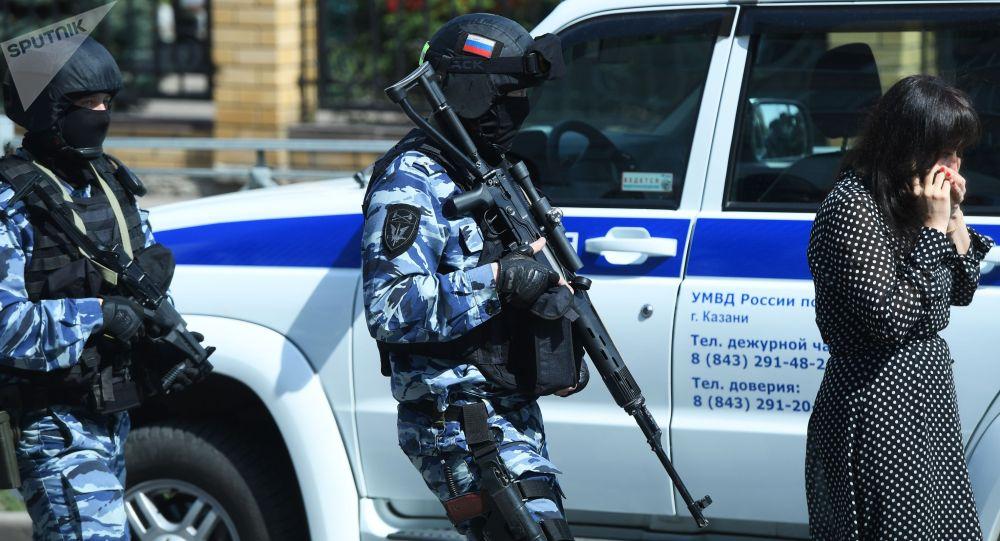 Сотрудники правоохранительных органов у школы в Казани, в которой неизвестные открыли огонь
