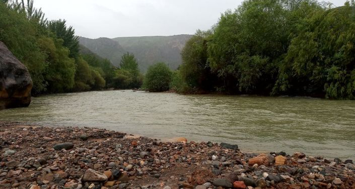 Загрязненная река Ак-Буура в период проливных дождей