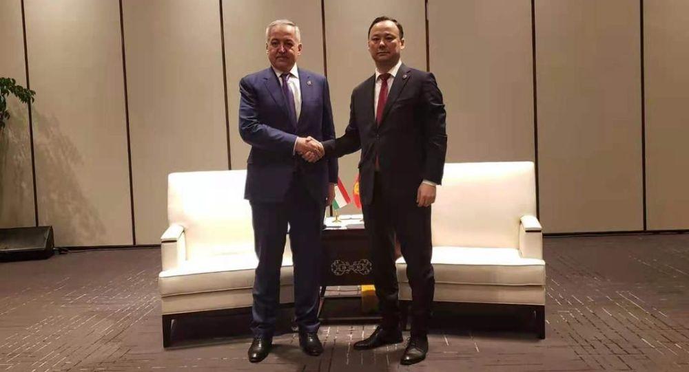 Встреча министра иностранных дел КР Руслана Казакбаева с министром иностранных дел Таджикистана Сироджиддином Мухриддином в Китае