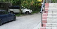 Автомобиль припаркованный в одном из дворов на улице Кольбаева в Бишкеке, в салоне которого найдено тело мужчины