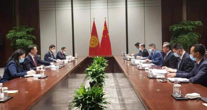 Двусторонние переговоры министра иностранных дел КР Руслана Казакбаева с членом государственного совета, министром иностранных дел Китая Ван И в городе Сиань. 11 мая 2021 года
