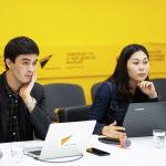 Корреспонденты Sputnik Кыргызстан Алимджан Валиев и Асель Сыдыкова во время брифинга в пресс-центре Sputnik Кыргызстан