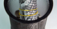 Пачка тысячесомовых купюр на подставке. Иллюстративное фото