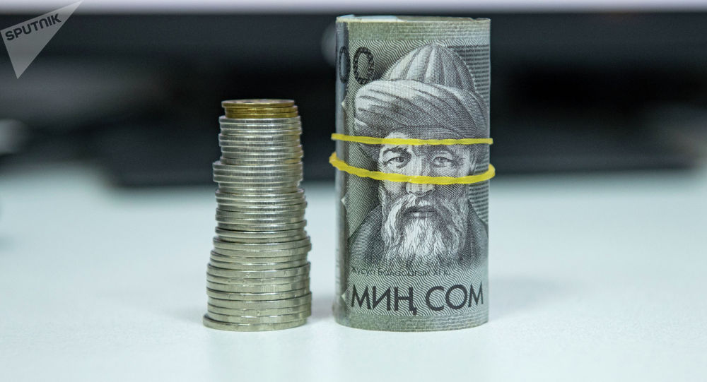 Пачка тысячесомовых купюр и монеты. Иллюстративное фото