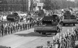 Парад комбайнов и тракторов у Дома правительства во Фрунзе. Архивное фото