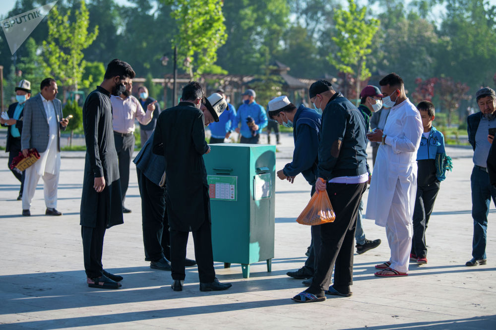 Мусульмане сдают фитр-садака в центральной мечети Бишкека, перед праздничным айт намазом по случаю окончания священного месяца Рамазан