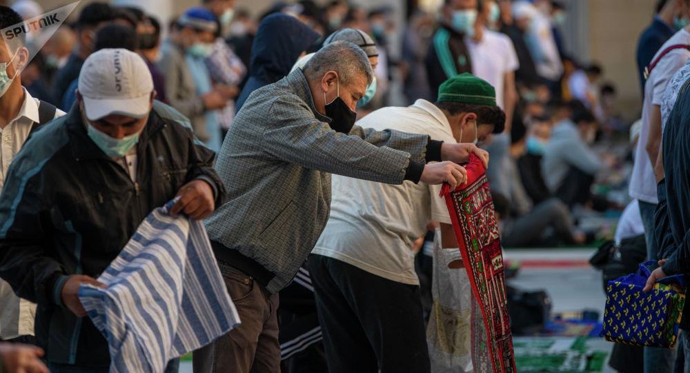 Мечитте намаз окуган мусулмандар. Архивдик сүрөт