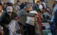 Мусульмане собираются в центральной мечети Бишкека, перед праздничным айт намазом по случаю окончания священного месяца Рамазан. Архивное фото