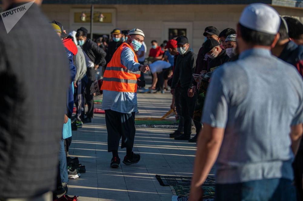 Мусульмане собираются в центральной мечети Бишкека, перед праздничным айт намазом по случаю окончания священного месяца Рамазан