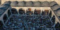 Мусульмане совершают праздничный айт намаз в центральной мечети Бишкека по случаю окончания священного месяца Рамазан