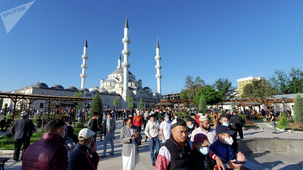 Мусульмане покидают центральный мечеть Бишкека, после праздничного айт намаза по случаю окончания священного месяца Рамазан