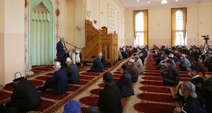 Мэр города Ош Таалайбек Сарыбашов участвует в праздничном айт намазе в центральной мечети Оша по случаю окончания священного месяца Рамазан