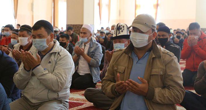 Мусульмане совершают праздничный айт намаз в центральной мечети города Ош по случаю окончания священного месяца Рамазан