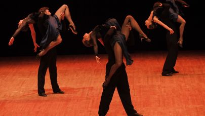 Танцоры выступают на сцене. Архивное фото