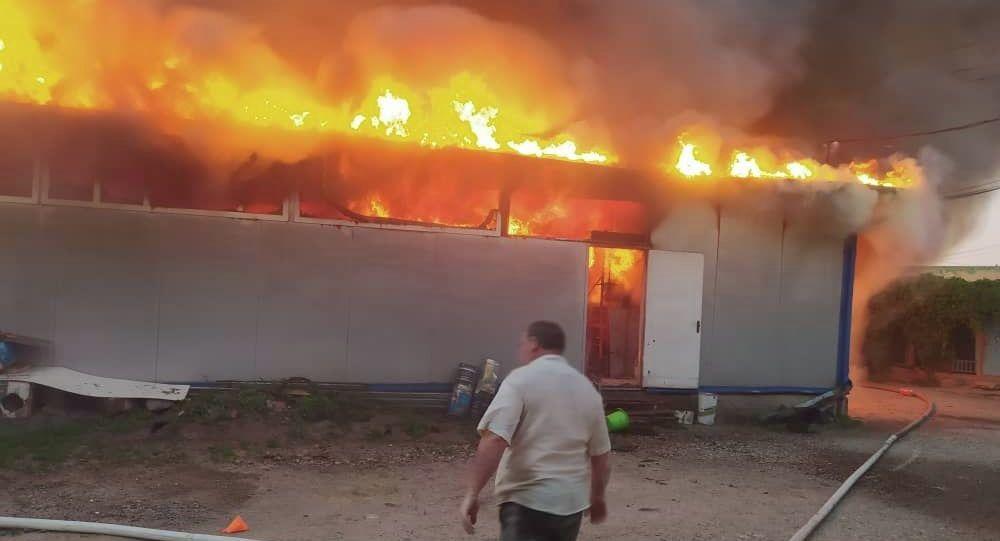 На месте пожара в магазине в селе Новопавловка близ Бишкека