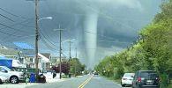 Всего в паре сотнях метров от жилых домов кружил огромный водяной смерч. Вихрь продолжался около пяти минут.