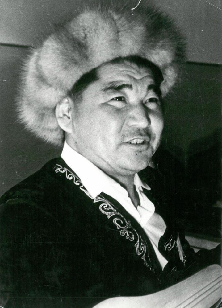 СССРдин эл артисти Эстебес Турсуналиев көзү тирүү болгондо быйыл 90 жашка чыкмак. Залкар акын 2005-жылы 11-октябрда 74 жаш курагында дүйнө салган.