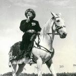 Улуттук филармонияда эмгектенип жүргөн кезинде Эл ырчысы Эстебес фольклордук тобун уюштуруп, жетектеп, кыргыздын бир топ таланттуу уул-кыздарын тарбиялаган