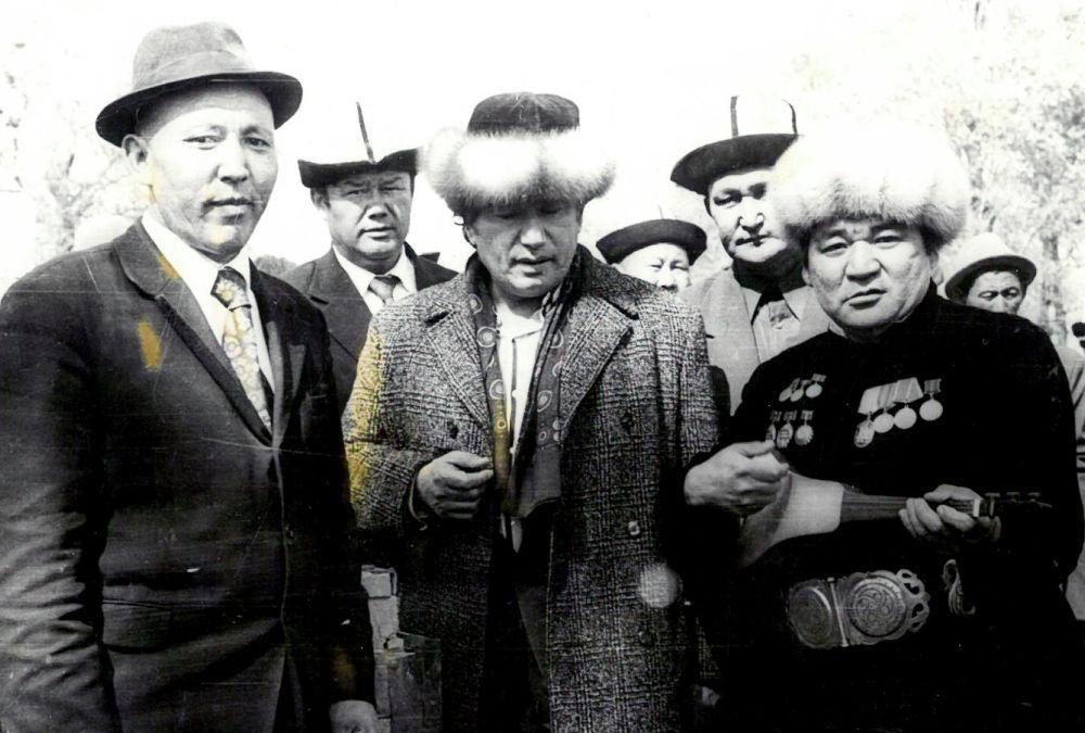 Улуу жазуучу Чыңгыз Айтматов менен да пикирлеш болгон