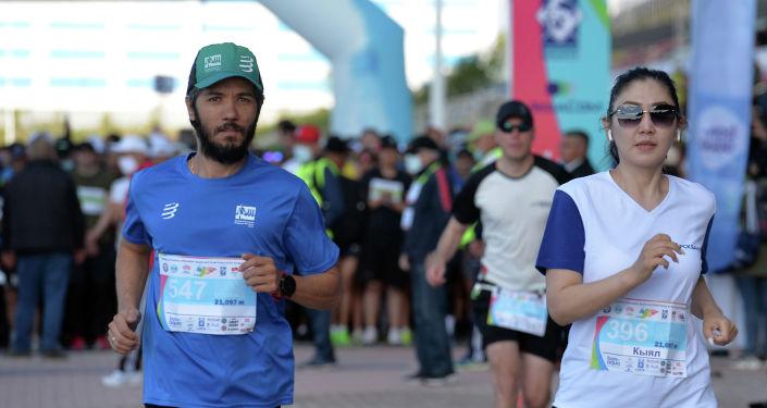 Участники 9-ого Международного марафона Run the Silk road — Shanghai Cooperation Organization в селе Бактуу-Долоноту Иссык-Кульской области