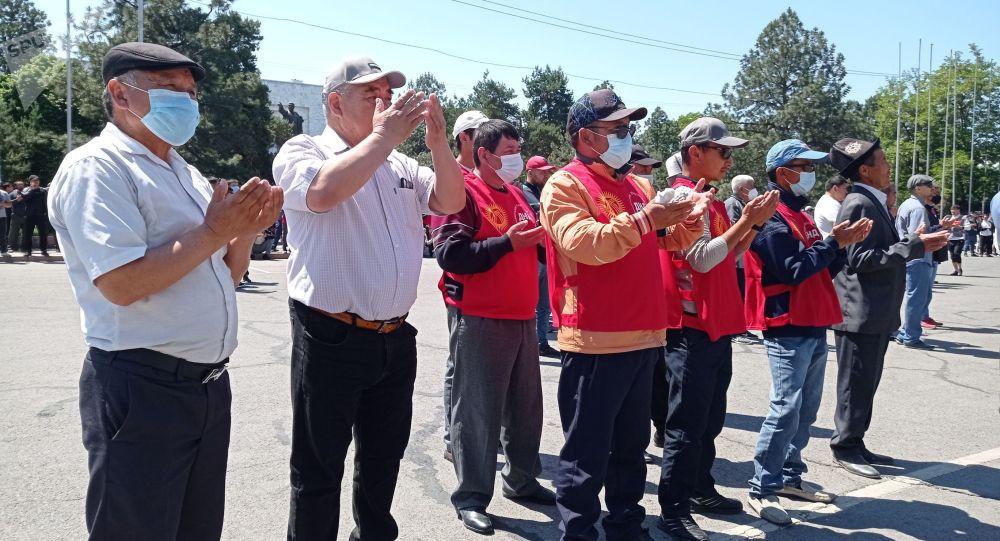 На Старой площади Бишкека у Дома правительства проходит митинг сторонников президента Садыра Жапарова