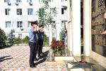 Кыргызстанда иш учурунда каза тапкан милиция кызматкерлеринин элесине арналып мемориалдык тактага гүлчамбар коюлду