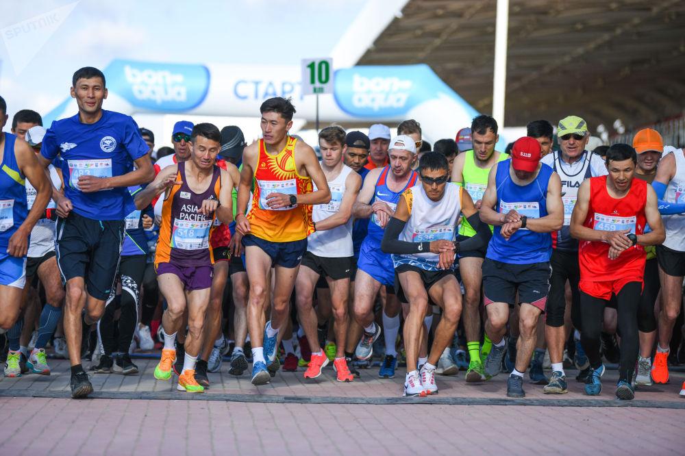 Участники 9-ого Международного марафонеа Run the Silk road — Shanghai Cooperation Organization в селе Бактуу-Долоноту Иссык-Кульской области перед стартом