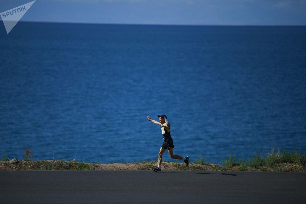 Участник во время забега на 9-ом Международном марафоне Run the Silk road — Shanghai Cooperation Organization в селе Бактуу-Долоноту Иссык-Кульской области