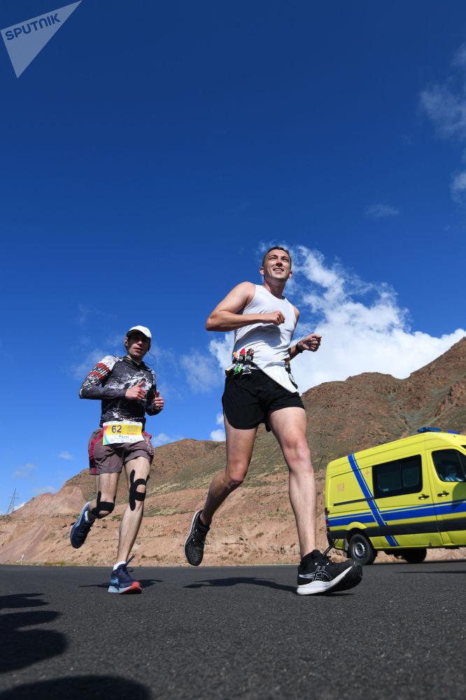 Марафондун (42 чакырым) жыйынтыгы боюнча алдыңкы орундардын көбүн кыргызстандыктар ээлеп, Тажикстандын бир спортчусу үчүнчү орунду алды