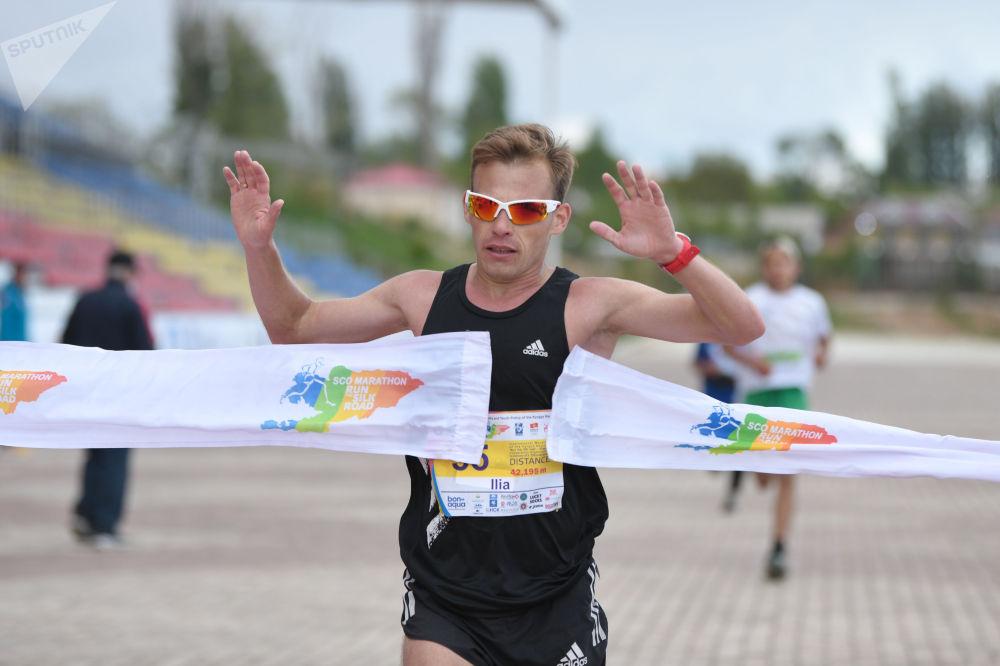 Кыргызстанский легкоатлет Илья Тяпкин финиширует на 9-ом Международном марафоне Run the Silk road — Shanghai Cooperation Organization в Иссык-Кульской области