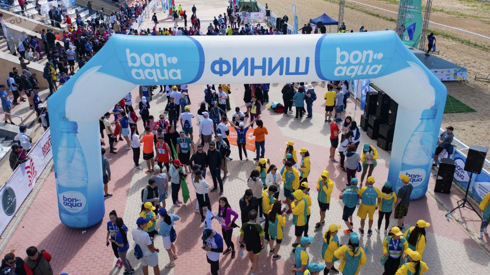 Участники 9-ого Международного марафона Run the Silk road — Shanghai Cooperation Organization в селе Бактуу-Долоноту Иссык-Кульской области после финиша
