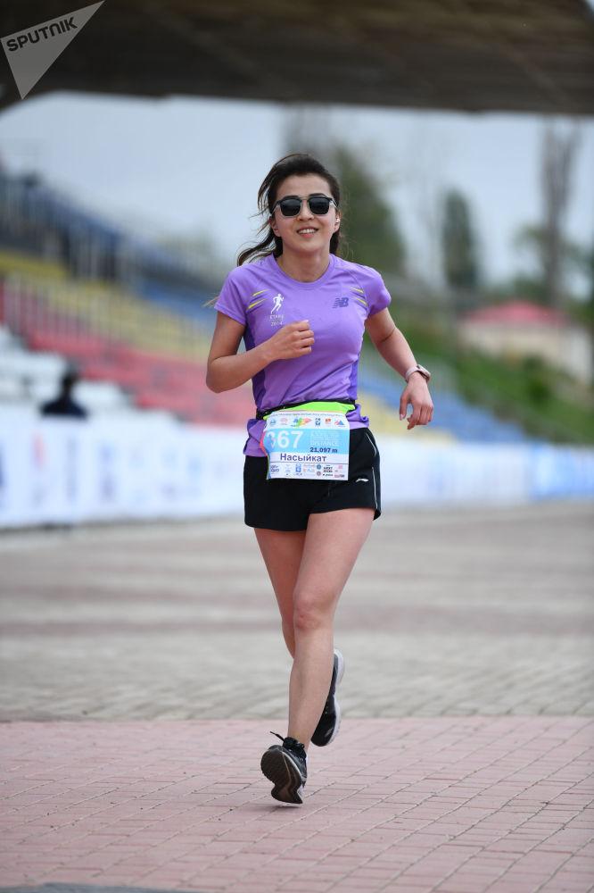 Участница во время забега на 9-ом Международном марафоне Run the Silk road — Shanghai Cooperation Organization в селе Бактуу-Долоноту Иссык-Кульской области