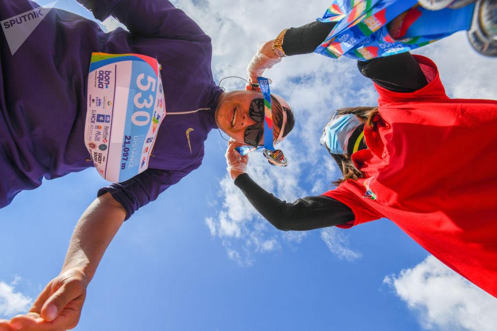 Участник 9-ого Международного марафона Run the Silk road — Shanghai Cooperation Organization в селе Бактуу-Долоноту Иссык-Кульской области после финиша