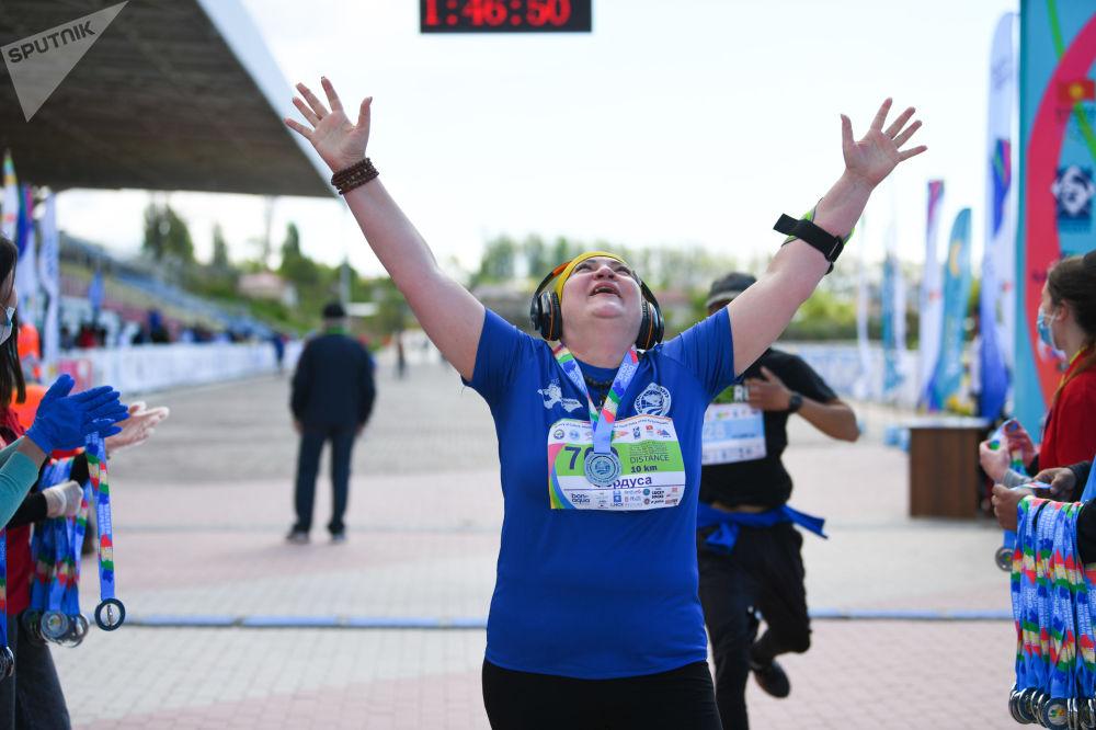 Участница 9-ого Международного марафона Run the Silk road — Shanghai Cooperation Organization в селе Бактуу-Долоноту Иссык-Кульской области после финиша