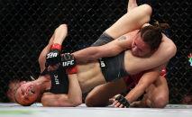 Андреа Ли применяет прием против Антонины Шевченко во время UFC 262