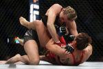 Андреа Ли прижимает Антонину Шевченко к ковру во время турнира UFC 262