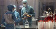 Ковивак COVID-19 каршы вакцинасын өндүрүү учурунда лабораториянын кызматкерлери