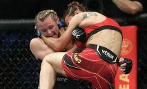 Андреа Ли защищается в бою с Антониной Шевченко во время UFC 262