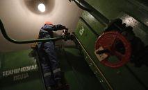 Сотрудник коммунальной службы во время ремонта водоснабжения. Архивное фото