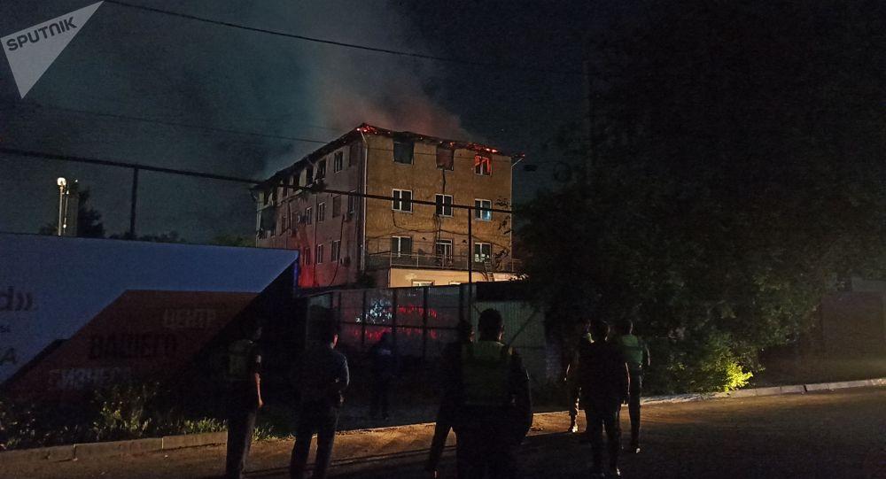 Крупный пожар на пересечении улиц Жумабека и Турусбекова в Бишкеке
