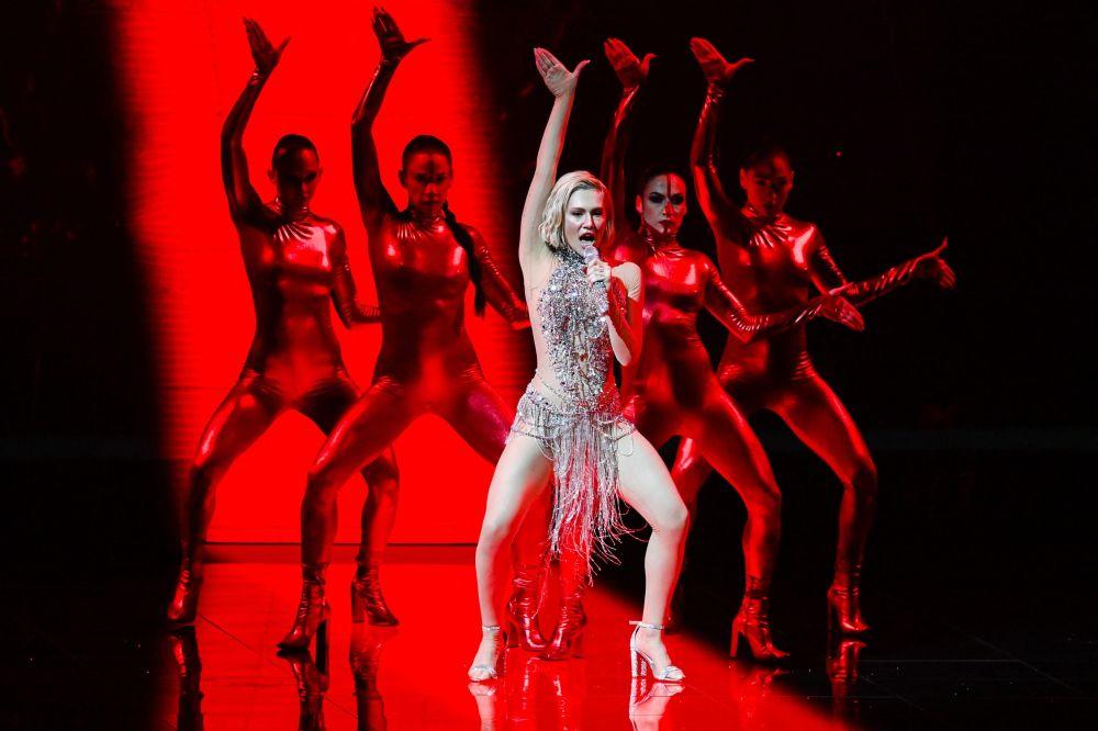 Греческая певица Елена Цагрину, представляющая Кипр, поет во время второй репетиции первого полуфинала конкурса песни Евровидение в Роттердаме (Нидерланды). 12 мая 2021 года