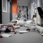 Медперсонал лежит на полу в отделении интенсивной терапии во время демонстрации в международный день медсестер в больнице Mont Legia в Льеже (Бельгия). 12 мая 2021 года. Персонал больниц по всей Бельгии принимает участие в различных мероприятиях по всей стране, для получения большего признания своей работы.