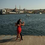 Пара танцует у залива Золотой Рог, ведущего к проливу Босфор, разделяющему Европу и Азию в Стамбуле (Турция). 14 мая 2021